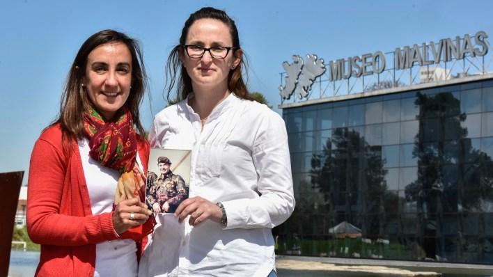 Lorna y Victoria, sobrinas del capitán Márquez frente al Museo Malvinas con la foto de su tío (Adrián Escandar)