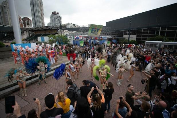 El ritmo y la alegría del carnaval del litoral pasó con su despliegue de plumas y bailarines por todos los pasillos y rincones de la FIT