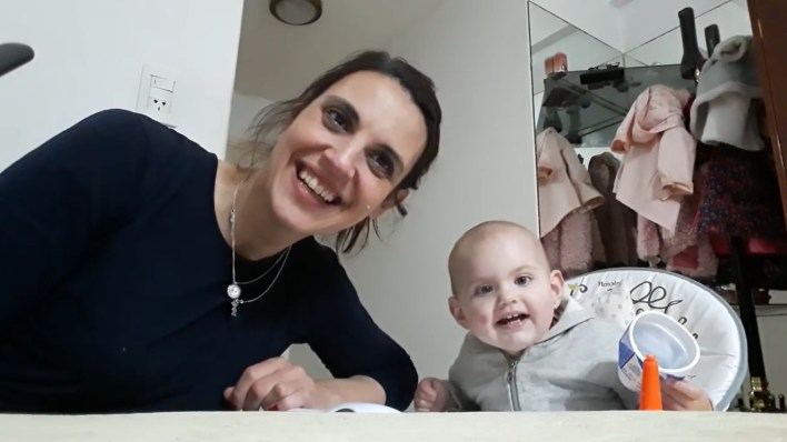 Carito posa con Angelina frente a la cámara, a pura sonrisa