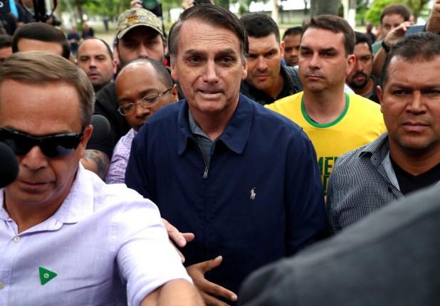 Jair Bolsonaro llegando al centro de votación (Reuters)