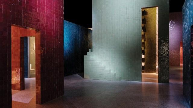 """Estas siete """"casas"""" monolíticas y monocromáticas ofrecieron a los visitantes una experiencia inmersiva, un baño de color para descubrir la nueva colección de hermès para el hogar"""