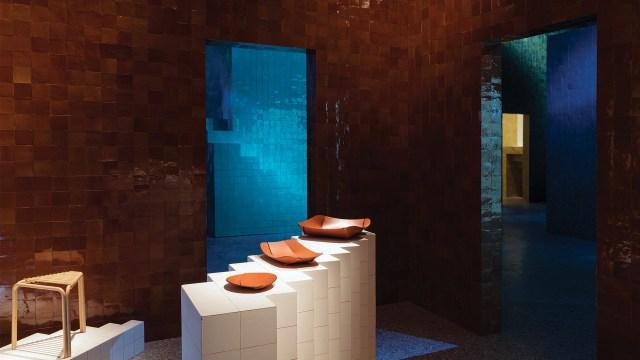 La iluminación jugó un papel central, destacando los colores y espacios