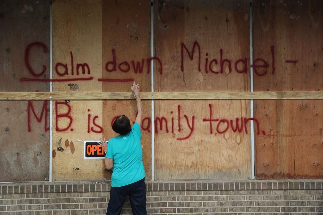 Un hombre prepara su negocio ante la inminente llegada del huracán Michael en Mexico Beach (Joe Raedle/Getty Images/AFP)
