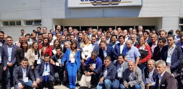Verónica Magario junto a los intendentes que la respaldaron para continuar con su mandato (Prensa Verónica Magario)
