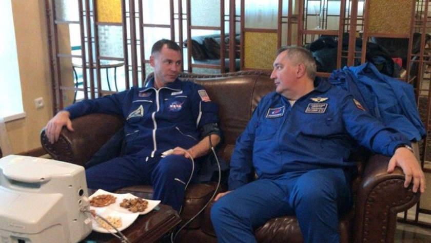 Hague y Ovchinin descansan luego de ser rescatados por las fuerzas de seguridad rusas