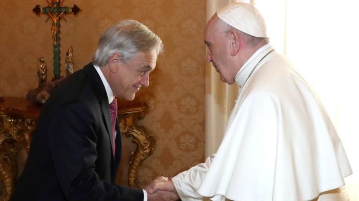 El Papa Francisco y Piñera intercambiaron regalos tras el saludo (AP)