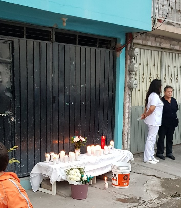 Altar frente al domicilio donde encontraron restos de mujeres. (Especial)