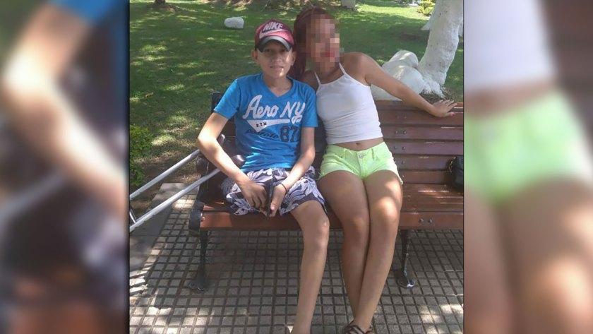 Fernando junto a una de sus hermanas
