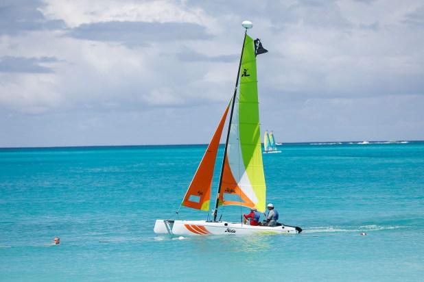 Con solo unas clases se puede disfrutar de pilotear un pequeño barco a vela sobre las aguas cristalinas de las Islas Turcas y Caicos. (Chule Valerga)