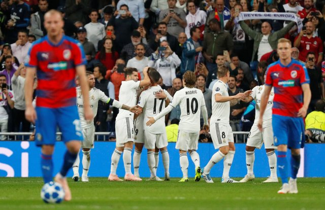 Soccer Football – Champions League – Group Stage – Group G – Real Madrid v Viktoria Plzen – Santiago Bernabeu, Madrid, Spain – October 23, 2018  Real Madrid's Karim Benzema celebrates scoring their first goal with Nacho and team mates  REUTERS/Paul Hanna