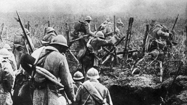 Foto tomada en 1916 muestra a los soldados franceses moviéndose en ataque desde su trinchera durante la batalla de Verdún, en el este de Francia,en la Primera Guerra Mundial (AFP / David Courbet)