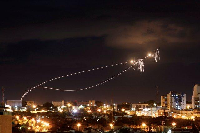 Cohetes bloqueados por la Cúpula de Hierro de Israel. (REUTERS/Amir Cohen)