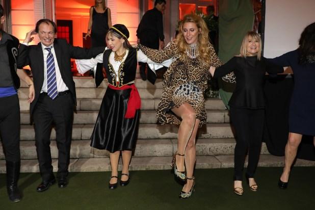 Amalia Amoedo, divertida al ritmo de las danzas griegas