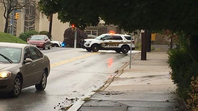 La policía cercó los alrededores de la sinagoga (@CLovingoodWTAE)