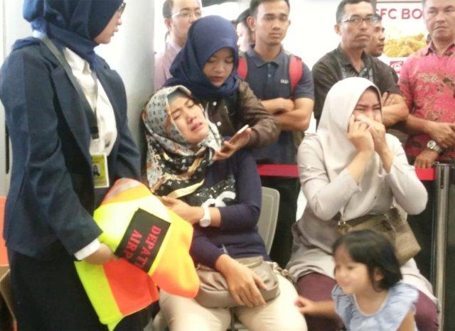 La desesperación de los familiares de los pasajeros del vuelo. (Antara Foto/Elza Elvia)