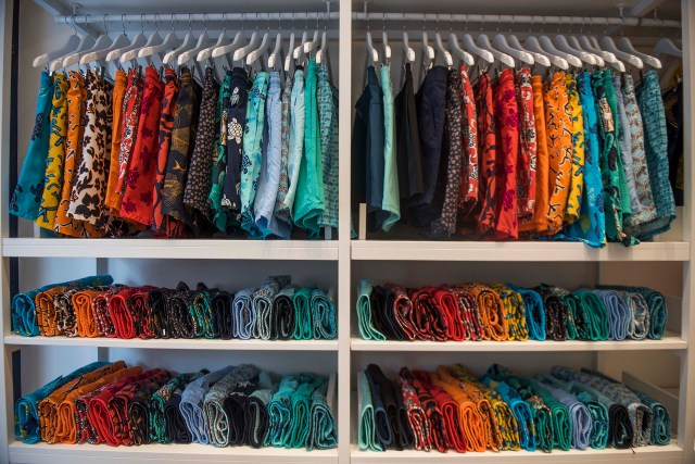 La colorida colección de bañadores masculinos y femeninos que se puede encontrar en la tienda de Buenos Aires (Guille Llamos)