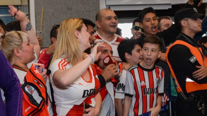 A puro grito, los fanáticos abrazaron al elenco conducido por Gallardo (Julieta Ferrario)