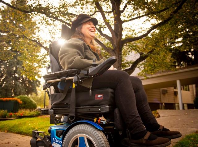 Denise Hok, de Colorado Springs, dice que prefiere la asitencia médica domiciliaria a tener que ir a una clínica porque, a veces, en esas instalaciones no cuentan con equipos preparados para persones con discapacidades (Dougal Brownlie /Kaiser Health News)