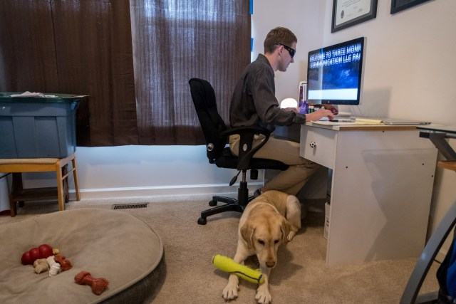 Jason Corning trabaja en su oficina en casa junto a su perro de servicio Niko (The Washington Post / Mary F. Calvert)