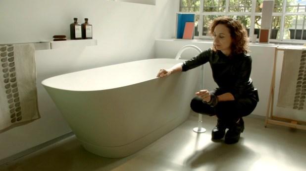 La bañera Neve se destaca por el material, que es una superficie sólida de espesor al mínimo lo que la torna visualmente muy etérea y liviana (Federico Lo Bianco)