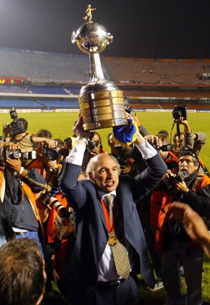 Carlos Bianchi levanta la Copa Intercontinental tras vencer al MIlan en 2003 (AFP)