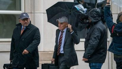 Los abogados de Guzmán Loera, Eduardo Balarezo y William Purpura arribando al juicio (Foto: AFP)