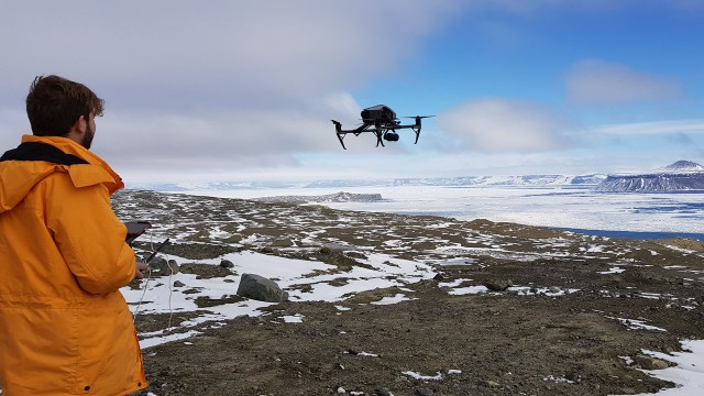 Thomas volando el drone de Infobae en la Antártida (Foto: Gisele Sousa Dias)
