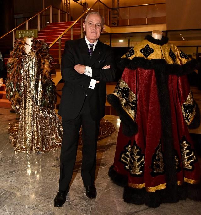 Martin Wullich junto a los trajes que se exhibieron en el hall central del Teatro San Martín