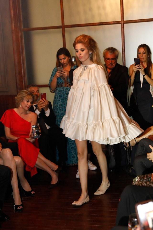 Constanza Longo acapara toda la atención de los invitados, que siguieron su pasada celular en mano