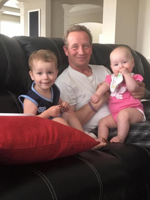 Frank Rzucek, el padre de Shannan, junto a sus dos nietas, asesinadas por Chris Watts