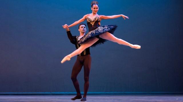 Taras Domitro y Adianys Almeida, Top, actúan en la Habana, Cuba. Cuba ha invitado a un número récord de bailarines expatriados a su Festival Internacional de danza (AP Photo/Desmond Boylan)