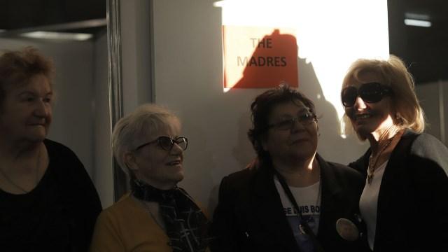"""Nélida Echave, María del Carmen Araujo, Marría del carmen Bordón y Dalal Massad en la puerta del salón que el staff de Waters había preparad especialmente para los familiares de Malvinas. El cartel indicaba quiénes eran las homenajeadas: """"The Madres""""(Lihueel Althabe)"""
