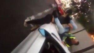 El infractor propinó patadas y se enzarzó en una pelea con el compañero de la policía (Foto: especial)