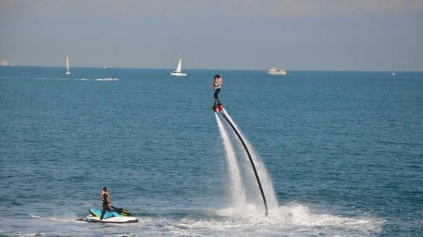El Flyboard permite literalmente volar sobre el agua.