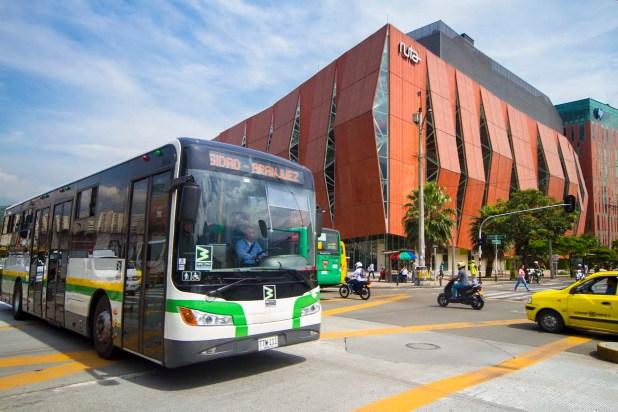 Medellín es la única ciudad colombiana que tiene un tranvía; el sistema de transporte también cuenta con metro, buses y ciclorutas (ACI)