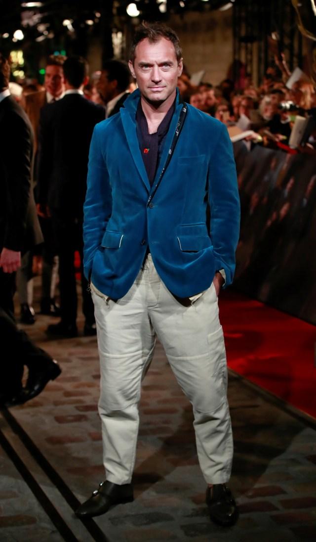 """Jude Law, el eterno galán de Hollywood, cautivó con su look informal y desenfadado a su llegada a la premiere de """"Animales fantásticos: los crímenes de Grindelwald"""", que se llevó a cabo en París"""