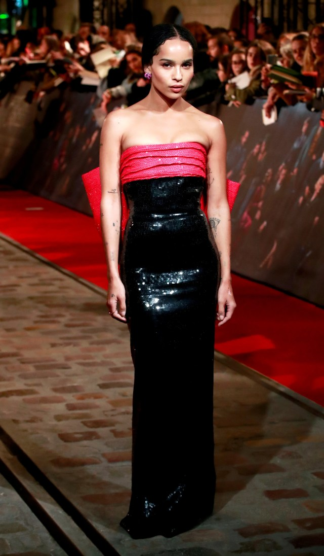 """Zoe Kravitz se lució con un vestido strapless en negro y fucsia. La actriz integra el reparto de actores de la segunda película de la saga """"Animales fantásticos"""", creada por J.K Rowling a partir de las novelas de Harry Potter"""