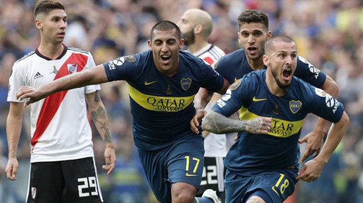 Boca Juniors' Dario Benedetto (R) celebrates after scoring the team's second goal against River Plate during their first leg match of the all-Argentine Copa Libertadores final, at La Bombonera stadium in Buenos Aires, on November 11, 2018. (Photo by Alejandro PAGNI / AFP)