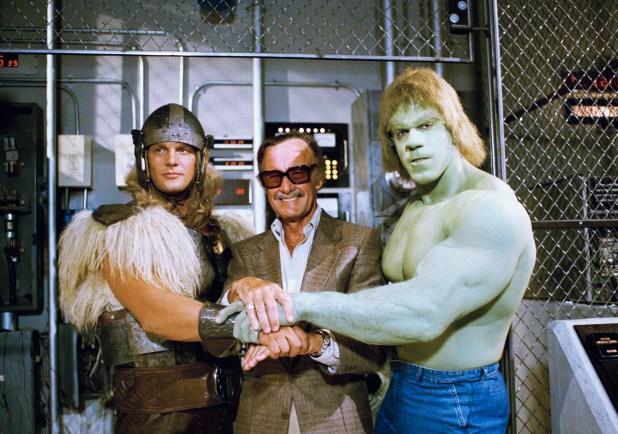 The Incredible Hulk Returns 1988: Stan Lee con Lou Ferrigno, derecha,y Eric Kramer como Thor (AP Photo/Nick Ut, File)