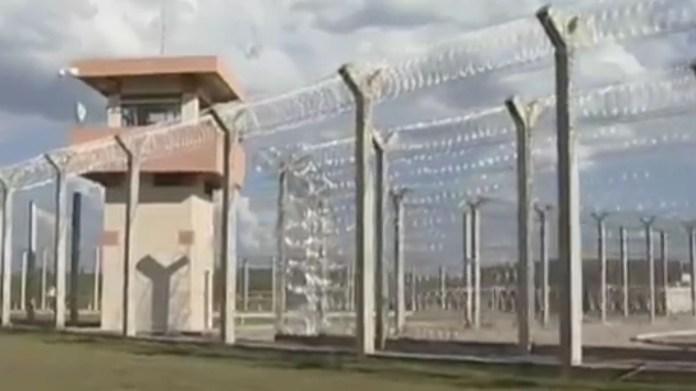 Al igual que las otras prisiones de máxima seguridad, tiene 208 celdas individuales y 12 más de completo aislamiento