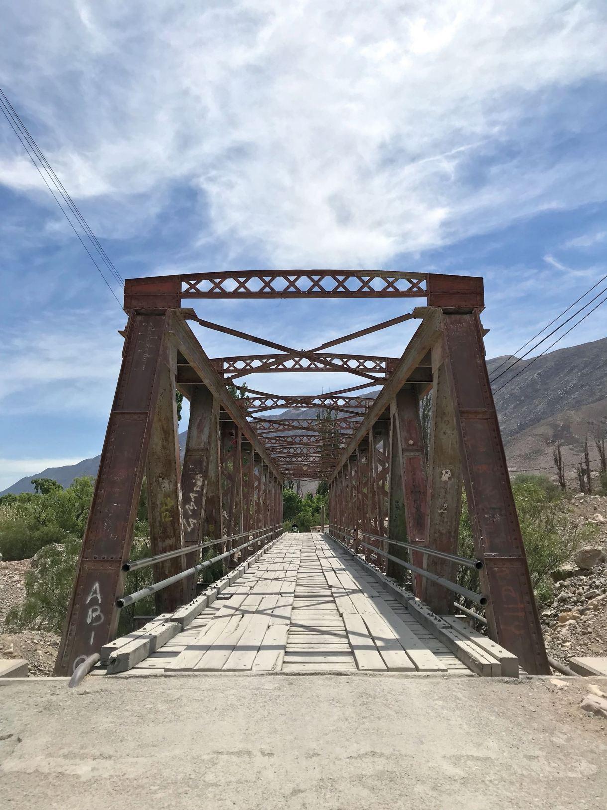 Puente de hierro camino al Pucará (fortaleza en quechua).