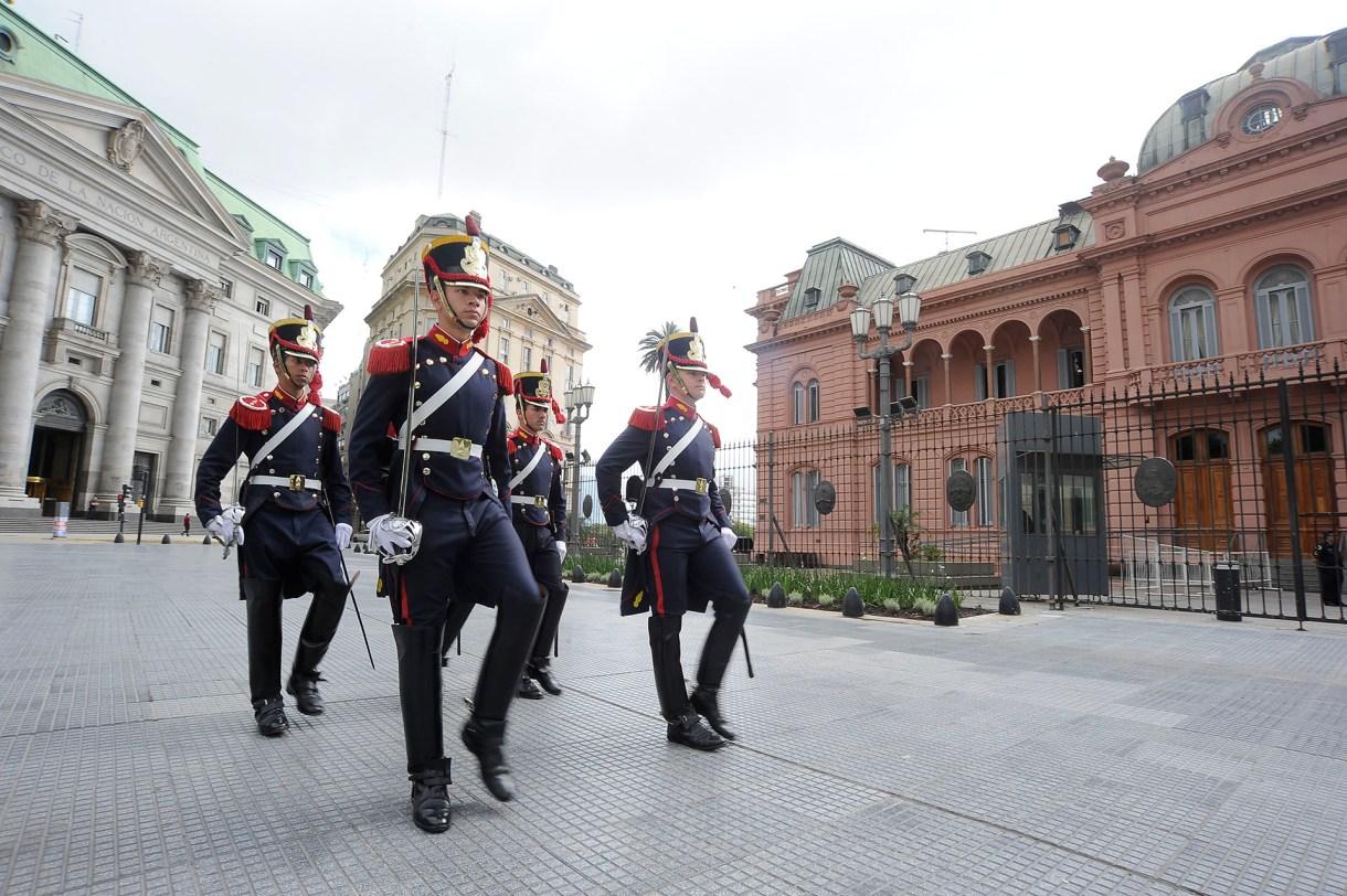 El cambio de guardia de los granaderos frente a la Casa Rosada (AFP)