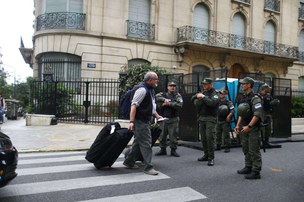 Como parte del operativo de seguridad, las fuerzas a cargo les piden documentos a personas que circulan por las zonas restringidas(Reuters)