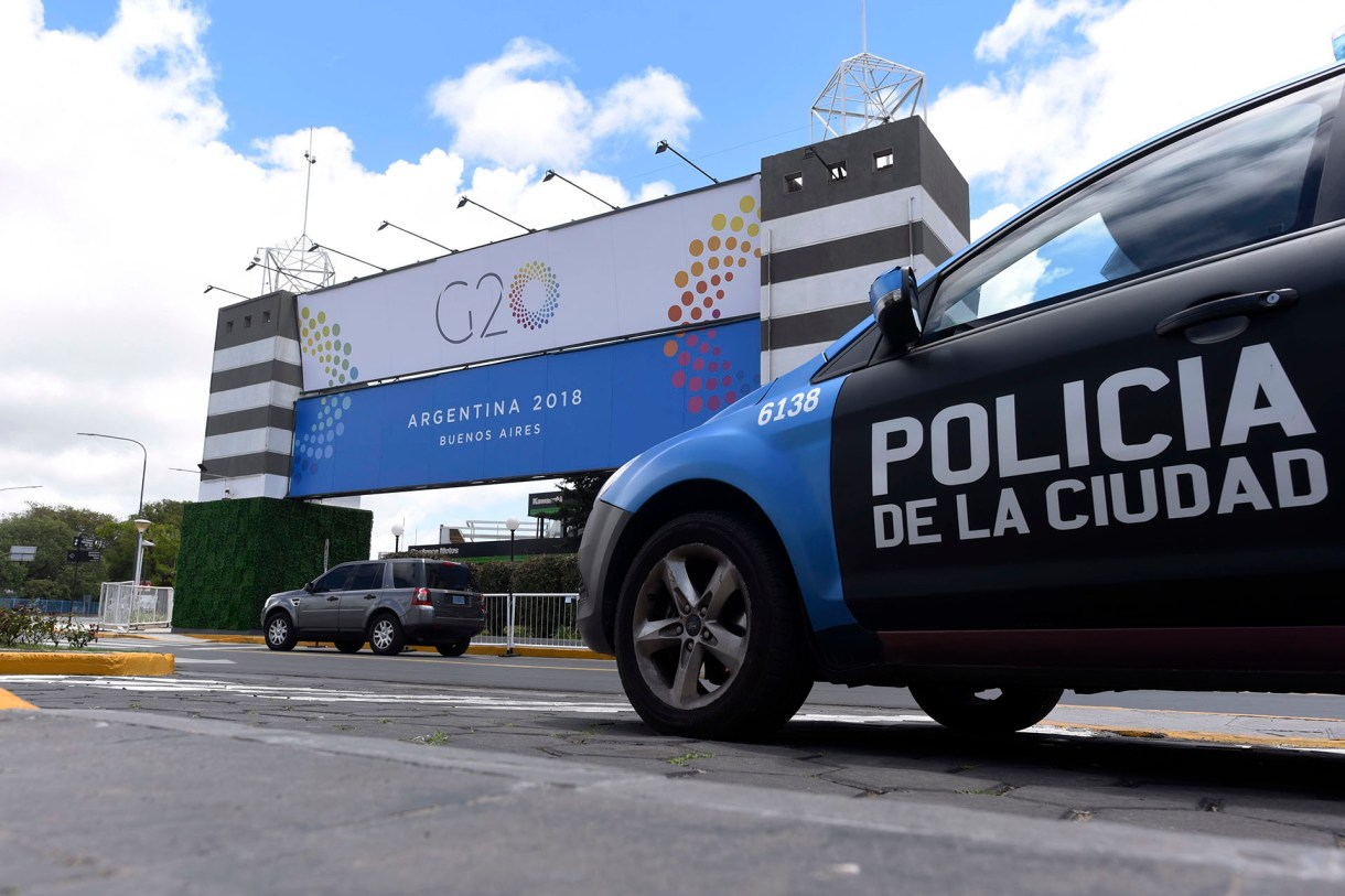 Un patrullero de la Policía de la Ciudad frente al complejo de Costa Salguero, donde se realizará el evento central(AP)