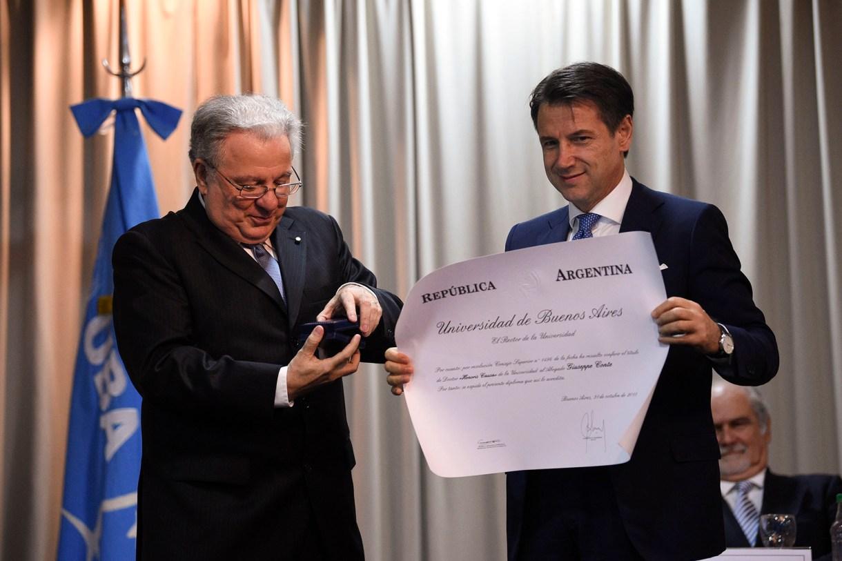 El primer ministro de Italia Giuseppe Conte recibió el título honoris causa de parte de Alberto Barbieri, decano de la UBA en la inauguración del centro de estudios Italo-Argentino en Buenos Aires (AP)