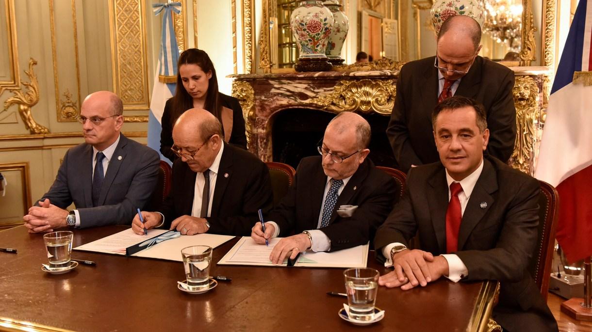 El ministro de Educación francés, Jean-Michel Blanquer, durante la firma del convenio