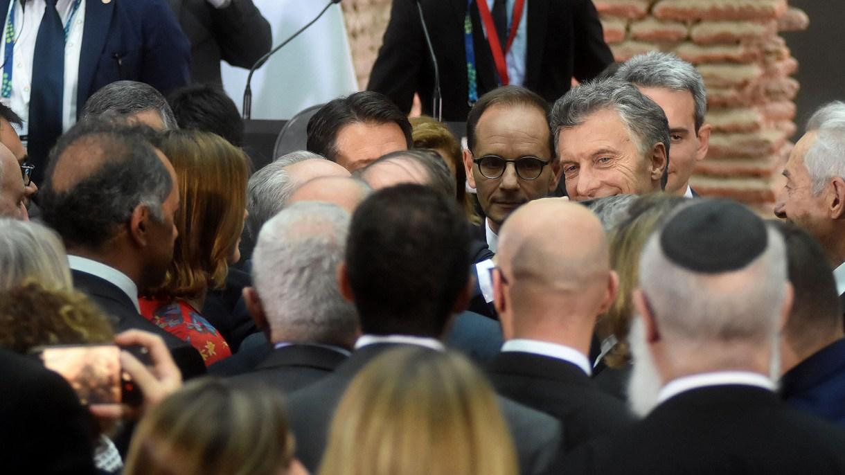 Mauricio Macri rodeado de dirigentes, tras su discurso