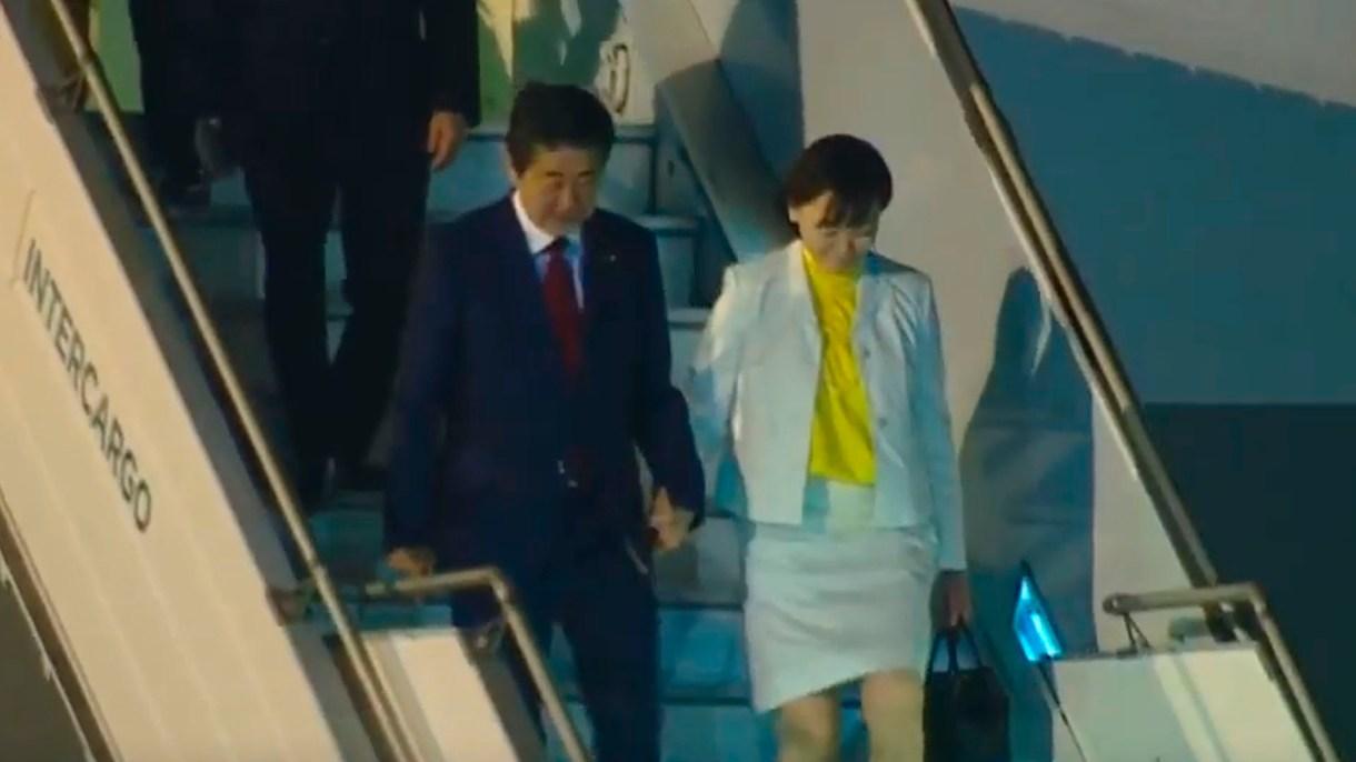 El primer ministro de Japón, Shinzo Abe y su esposa Akie Abe en Ezeiza