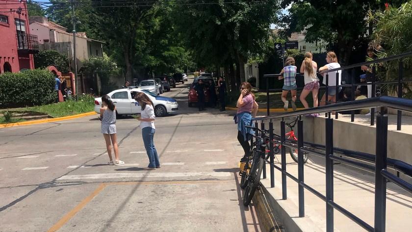 Vecinos y curiosos se acercaron hasta Villa Ocampo donde tuvo lugar la primera de las actividades de los acompañantes de los líderes del G20