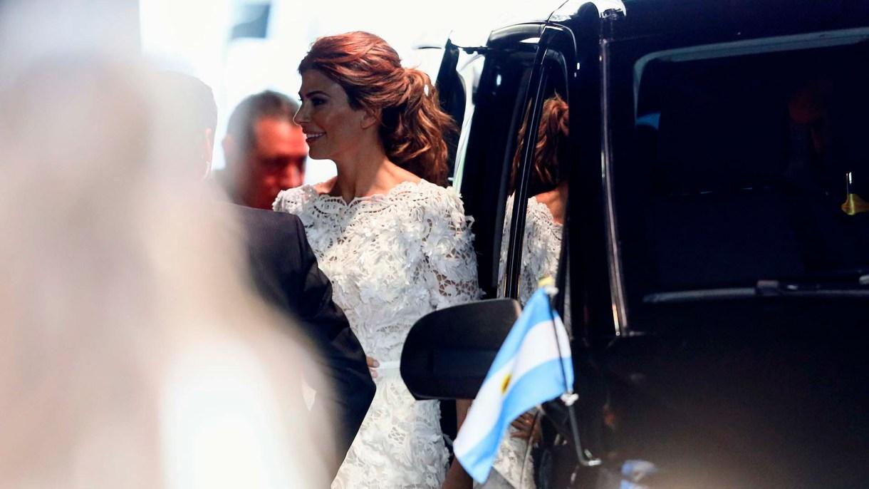 Awada llegó a la gala del teatro Colón con un diseño argentino, su beauty look tradicional de recogido con ondas y make up al natural profundizando los ojos y labios nude
